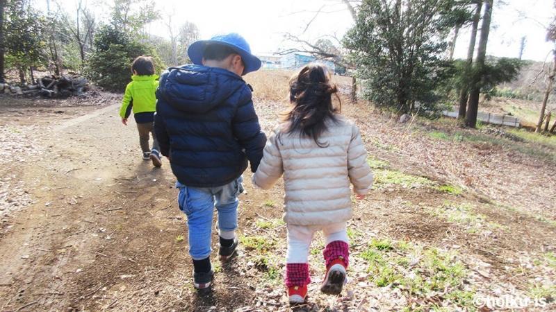 手を繋いで歩く子どもたち