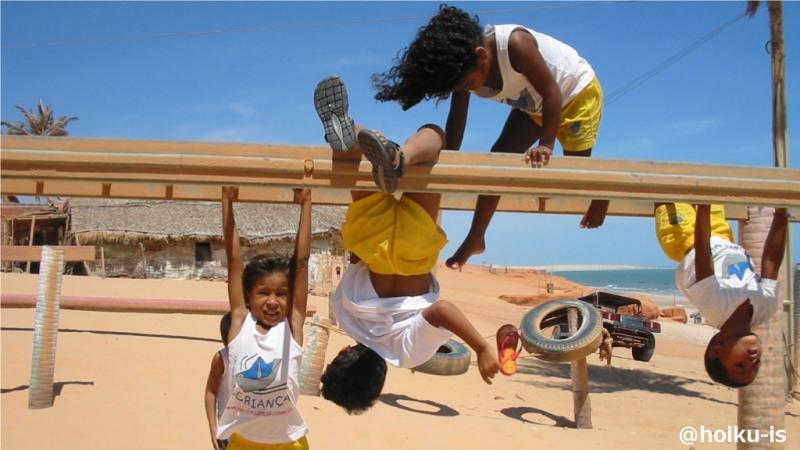 遊具で遊ぶカノア保育園の子どもたち