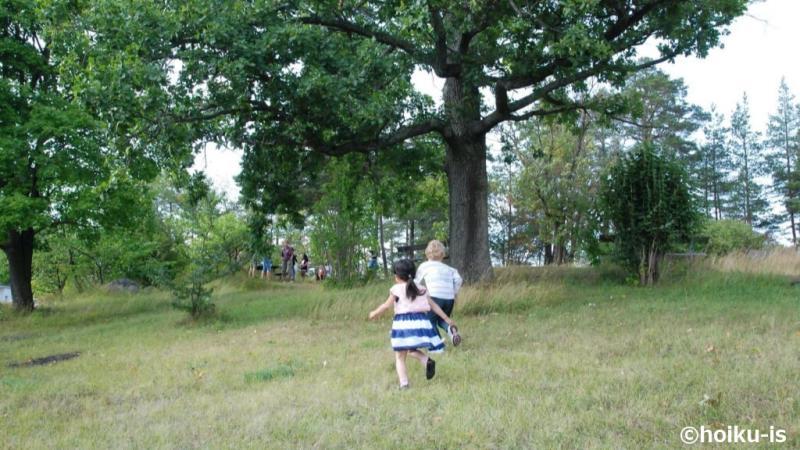 自然を駆け回る2人の子ども