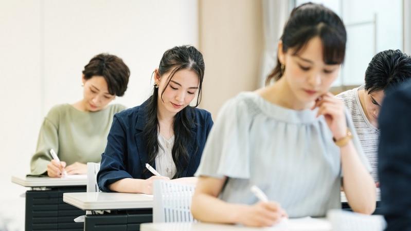 試験を受ける男女