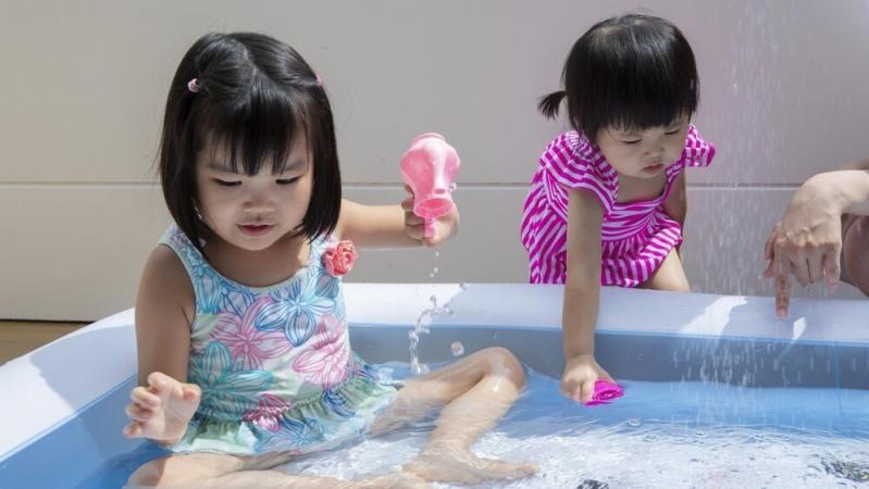 プール遊びをしている女の子二人