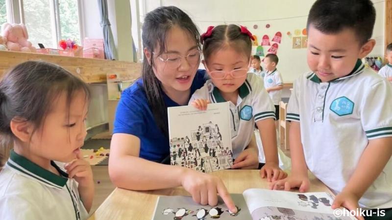 絵本を読む中国の保育士と子ども