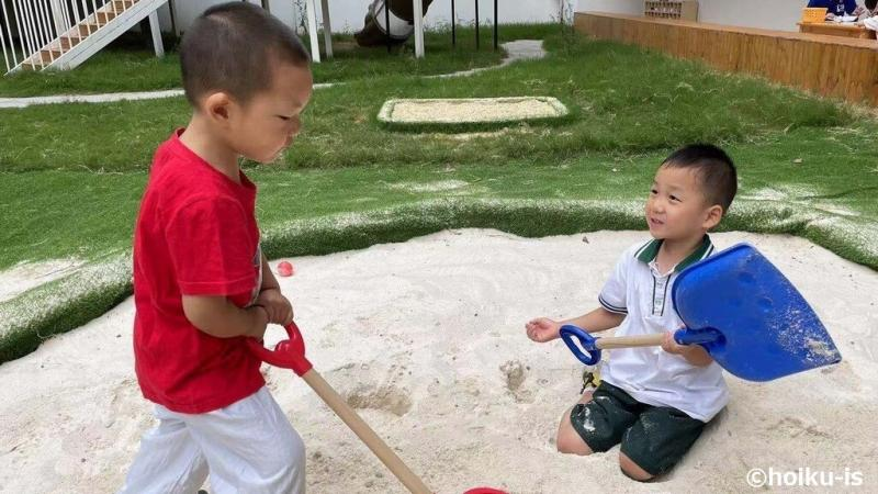 スコップで砂遊びをする西安保育園の子どもたち