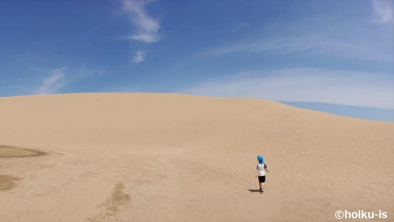 鳥取砂丘を歩く男の子