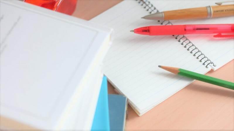 ノートとボールペンと鉛筆