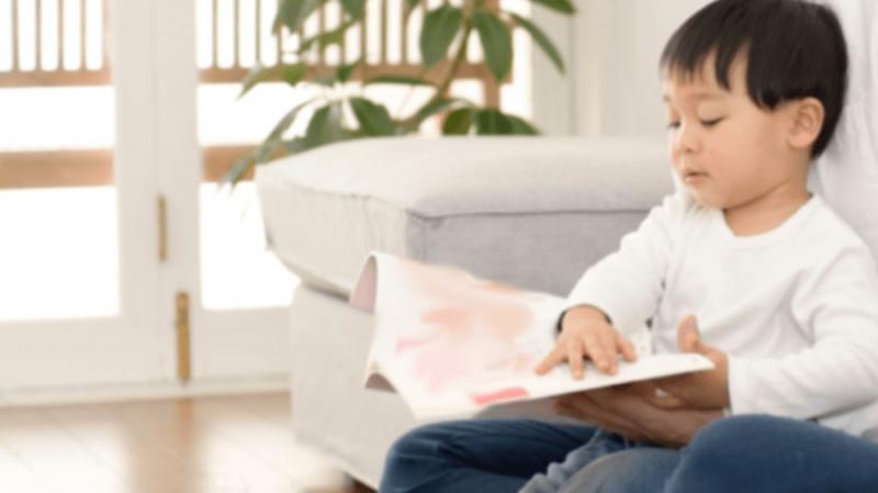 絵本を読む男の子