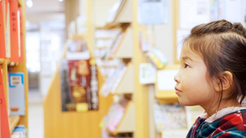 図書館で本を探す女の子
