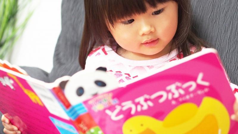 どうぶつの絵本を読む女の子