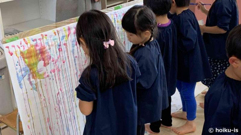絵を描く習志野台幼稚園の園児