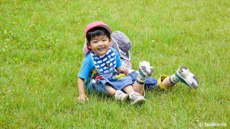 芝生の上で遊ぶ子どもたち