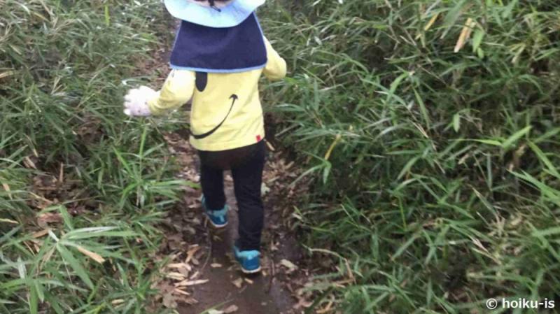 草むらの中で遊ぶ子ども