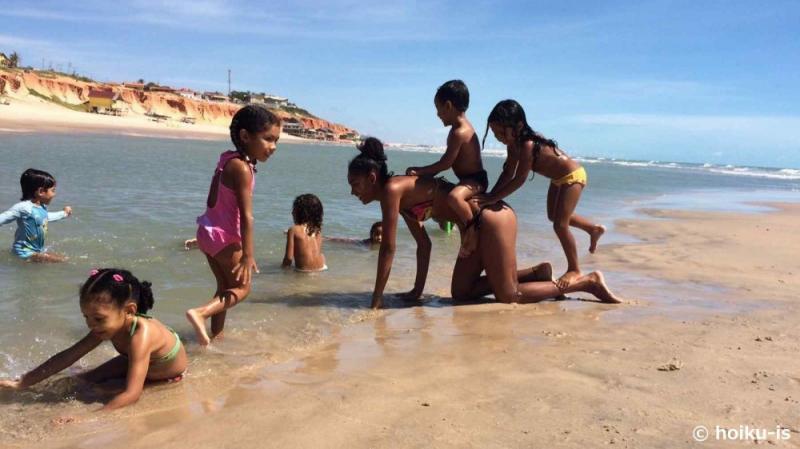 海岸で遊ぶブラジルの子どもたち