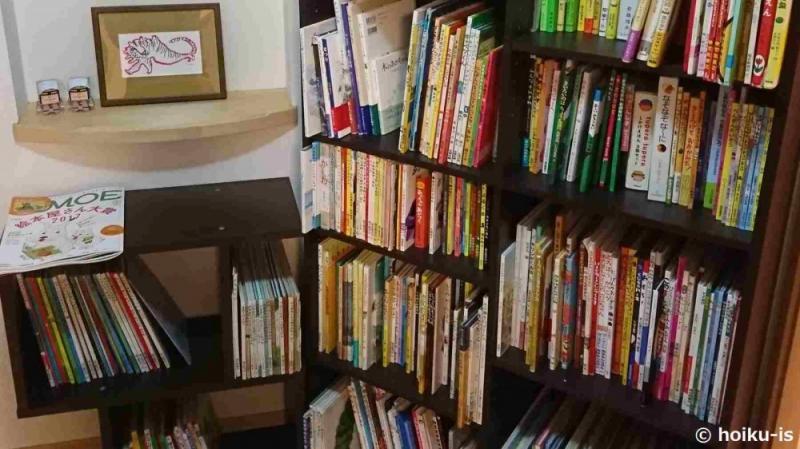 絵本がいっぱいに並んだ本棚