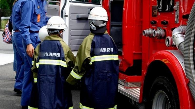 防災訓練をする子どもたちと消防車