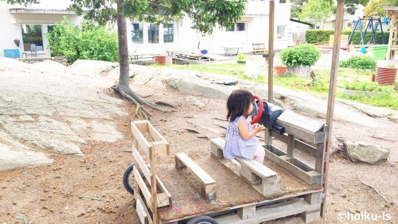 屋外の遊具で遊ぶ子ども