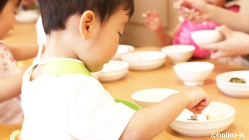 食具を持って食事をする子どもたち