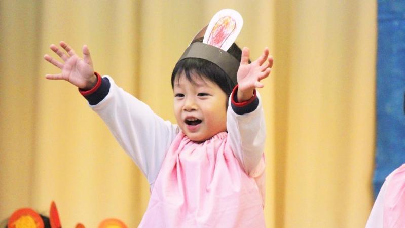 生活発表会で踊る子ども
