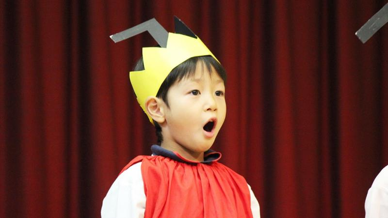 生活発表会で歌う子ども