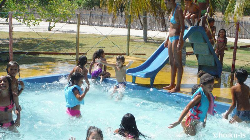 プールで遊ぶブラジルの子どもたち
