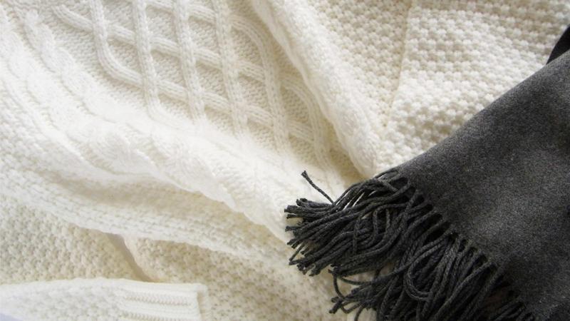 毛糸のセーターとマフラー