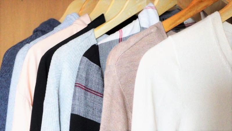 クローゼットに並ぶ衣服