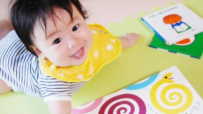 絵本を読む乳児