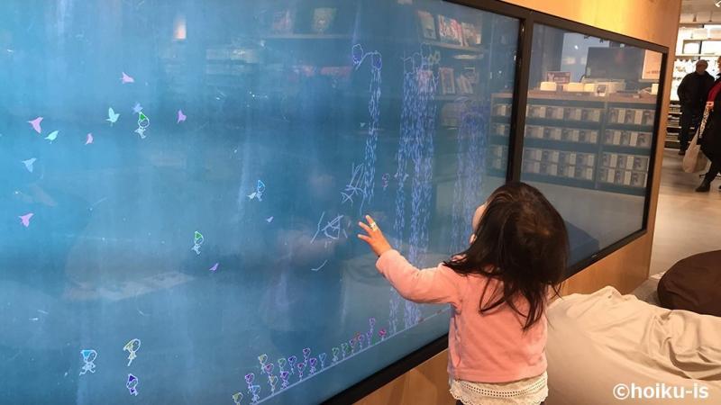 スウェーデンのデジタル黒板を見る子ども