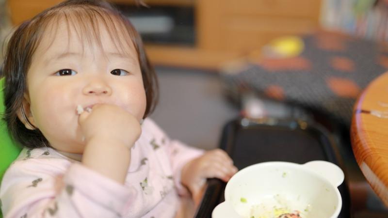遊び食べをする幼児
