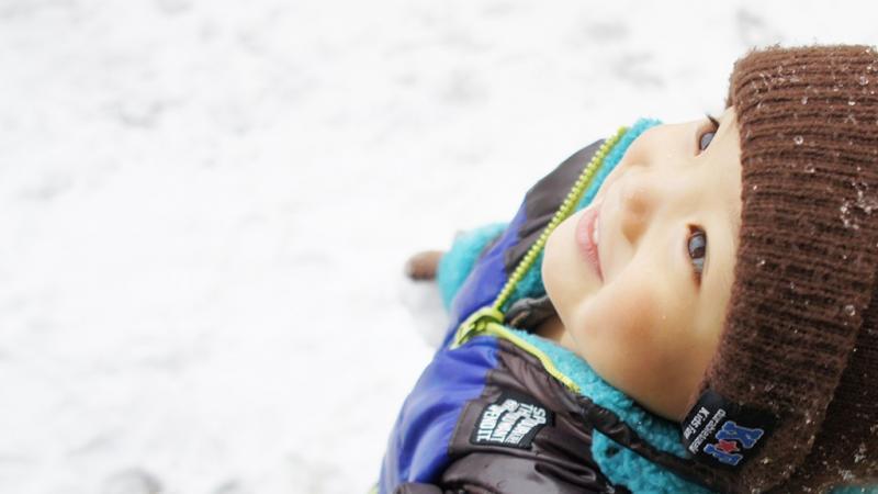 雪の上で遊ぶ子ども