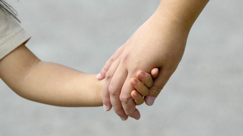 子どもの手と大人の手