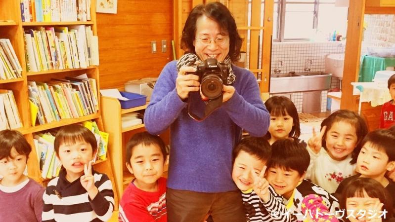 子どもたちを撮影するオオタヴィン監督