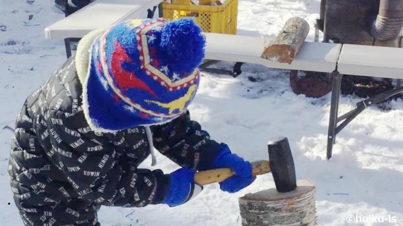 薪割りをする子ども