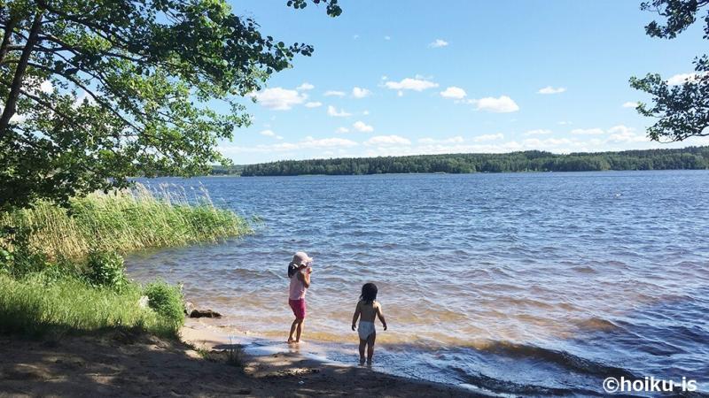 スウェーデンの海岸で遊ぶ子どもたち