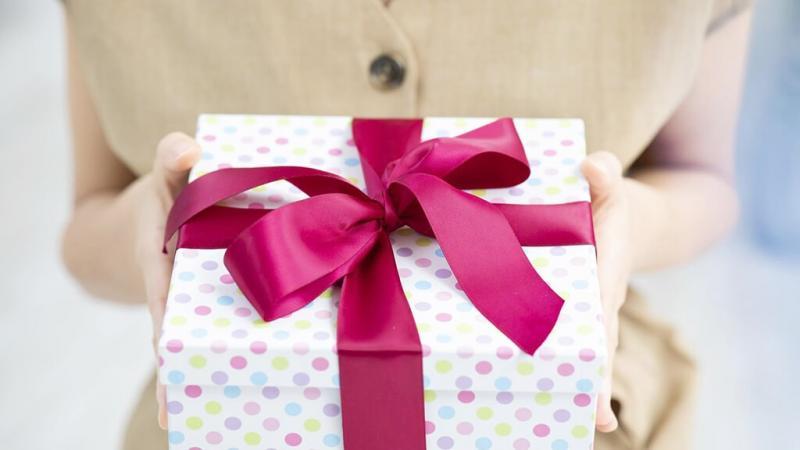 プレゼントボックスを持った女性