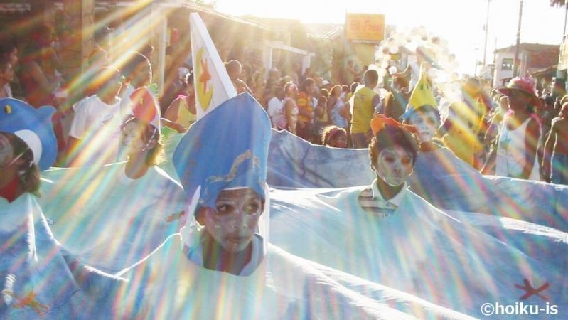 カーニバルに参加するブラジルの子ども