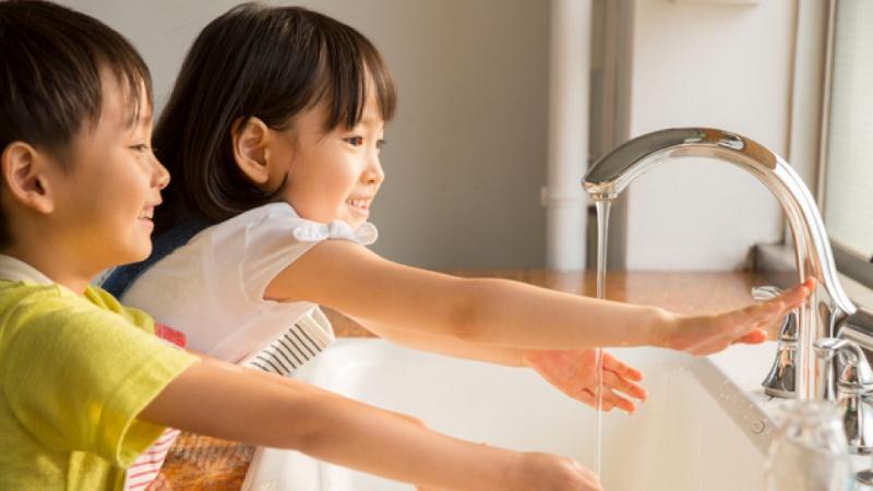 手洗いをする園児たち