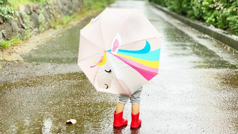 傘をさしている子ども