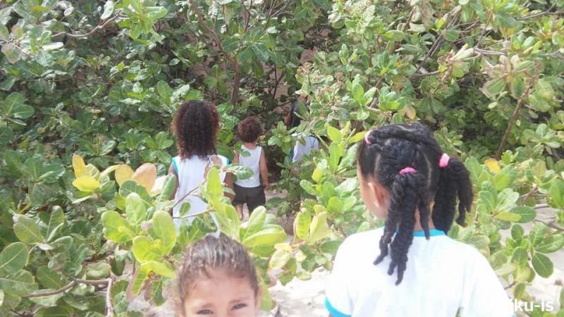 村をお散歩する子ども達