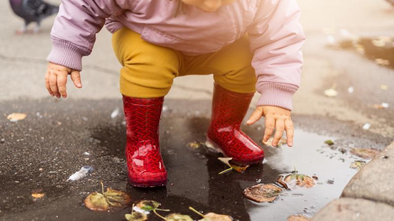 雨の日に散歩している子ども