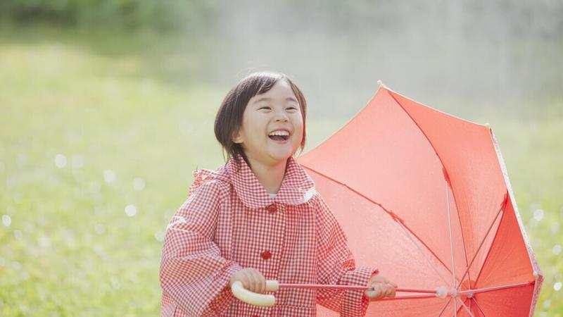 笑顔で傘を持つ子ども