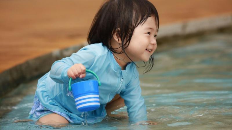 プール遊びをしている子ども