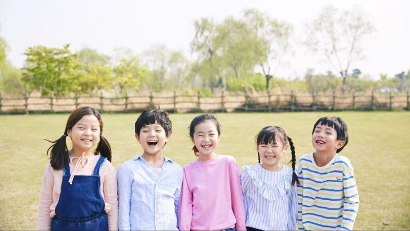 笑っている5人の子ども