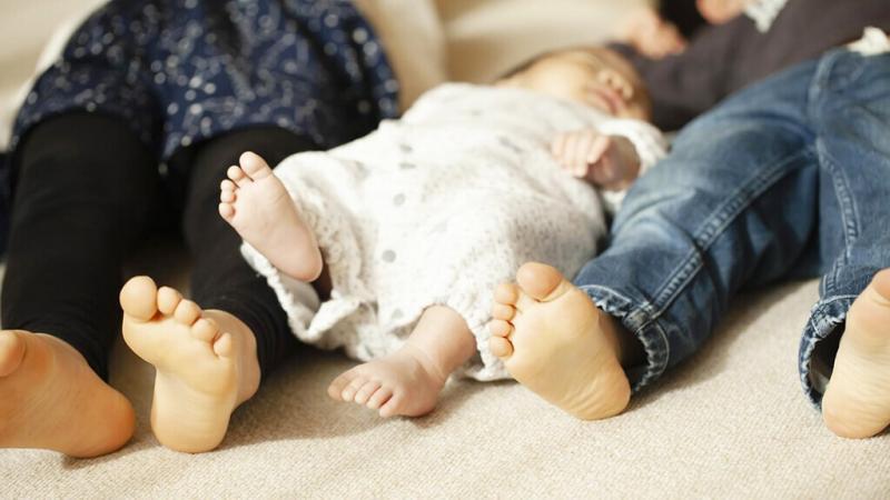 赤ちゃんと子どもが寝ているところ