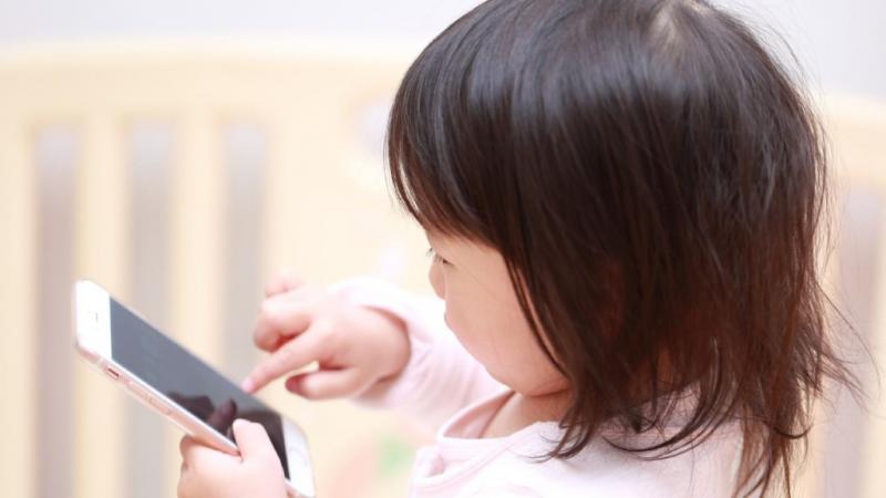 スマートフォンを触る子ども