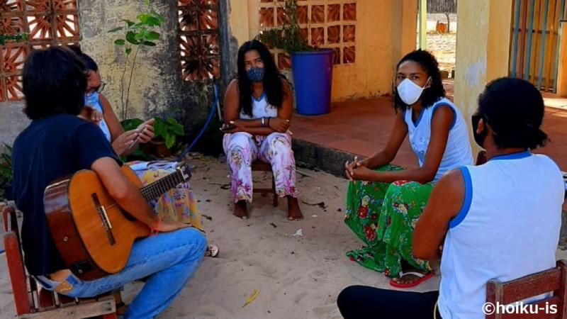 マスクをつけて話し合うブラジル人