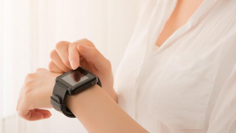 腕時計を確認している女性