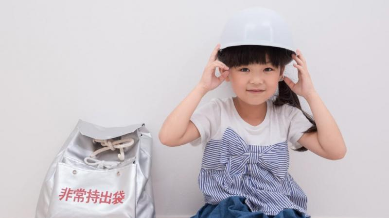 ヘルメットを被っている女の子