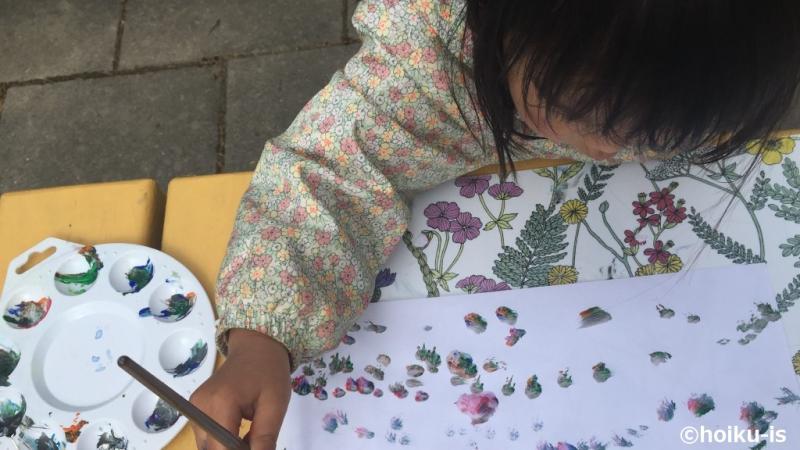 絵具を使って絵を描いている女の子