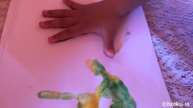 手形アートをやっている子ども